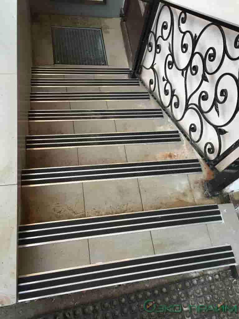 Установка противоскользящих алюминиевых профилей на ступени